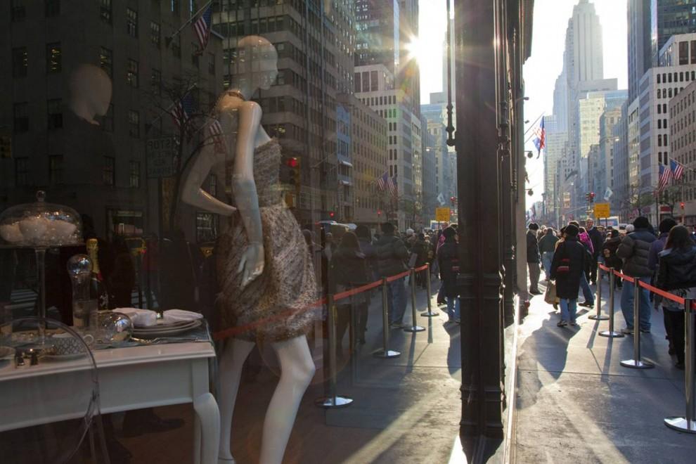 Джонатан Вудс Праздничные покупатели проходят мимо витрин Saks Fifth Avenue в Нью-Йорке