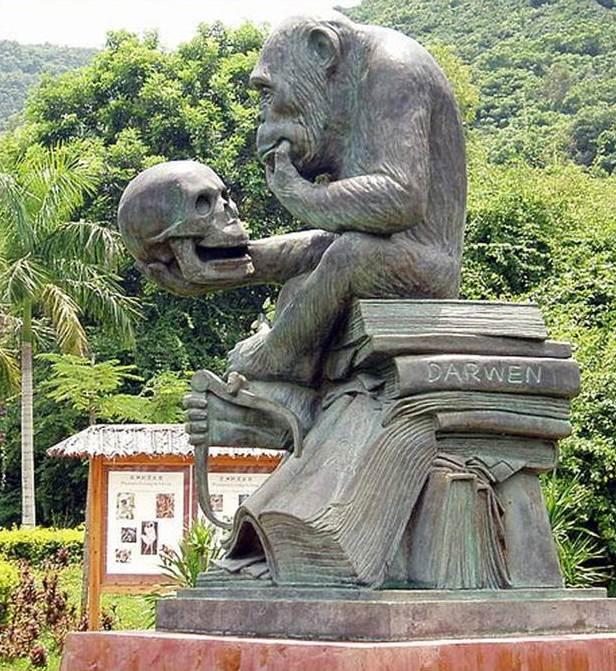 Скульптура у входа в парк Остров обезьян на полуострове Нанван, г. Санья, Китай - копия скульптуры Хьюго Рейнгольда (Hugo Rheinhold) Обезьяна с черепом, 1893