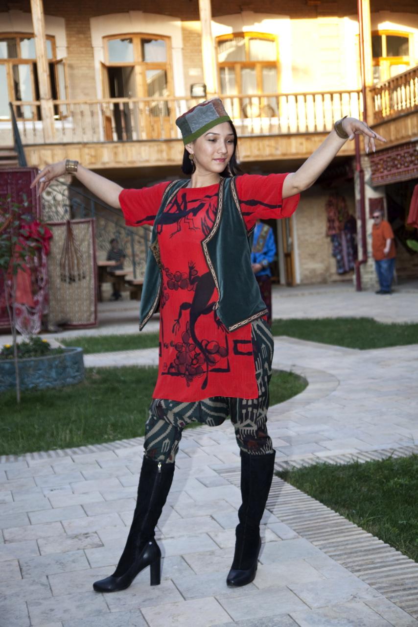 Дефиоле в национальных узбекских костюмах Выставка Чархпалак — колесо Вселенной