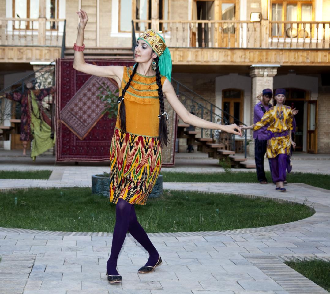 Дефиле в национальных узбекских нарядах Выставка Чархпалак — колесо Вселенной