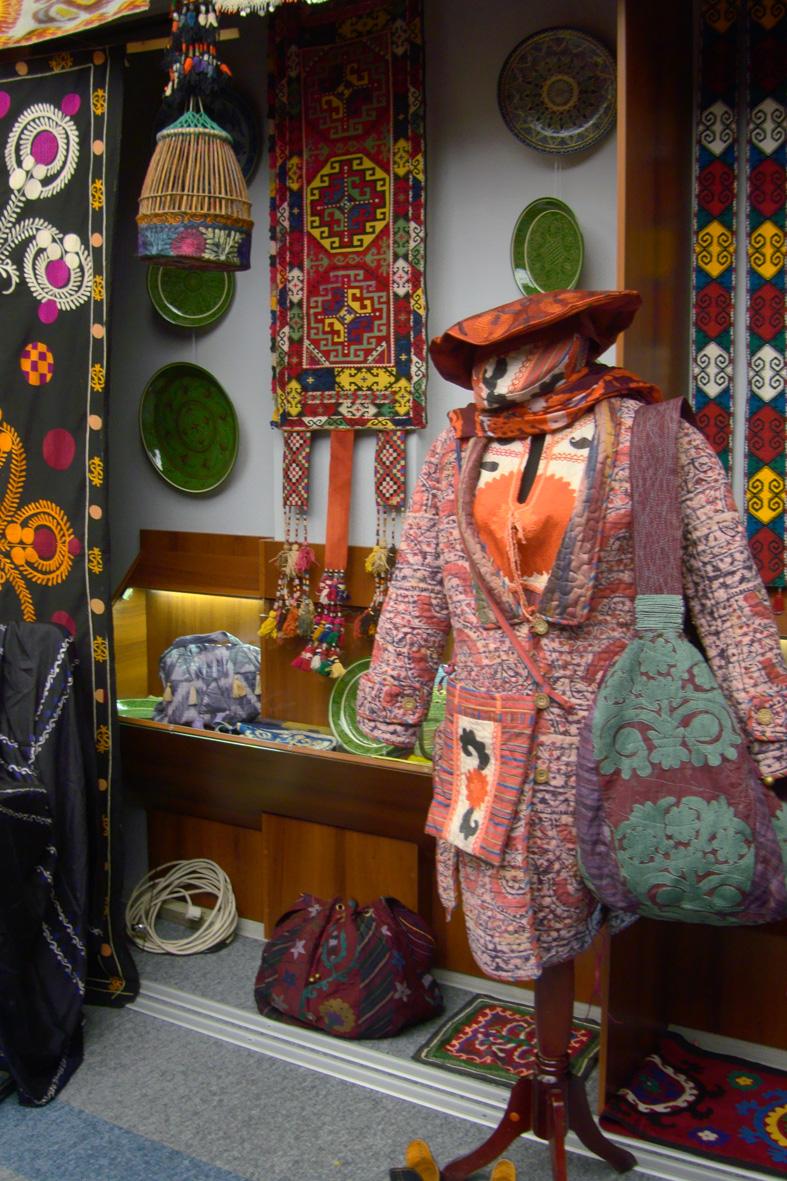 Национальные узбекские одежды Выставка Чархпалак — колесо Вселенной