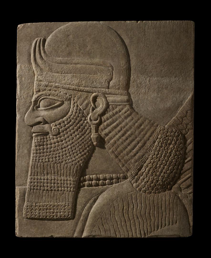 Фрагмент настенного рельефа с изображением головы божества