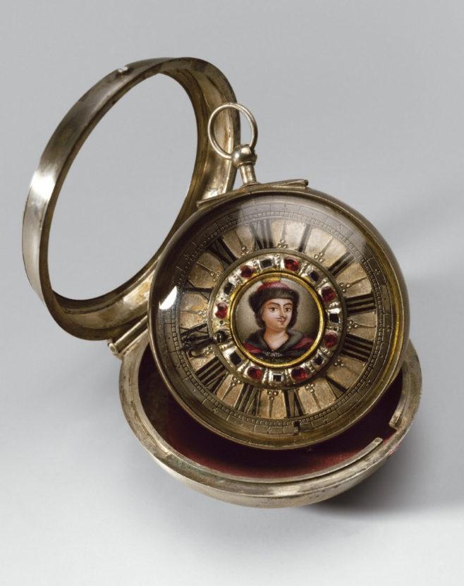 Часы открытые в двойном корпусе. Англия, Лондон, 1700-е. Мастер Поль Люлен. Медные сплавы, сталь, вороненая сталь, серебро, эмаль, алмазы, рубины, золочение, пунцирование, стекло, шелк. Государственный Эрмитаж, Санкт-Петербург.