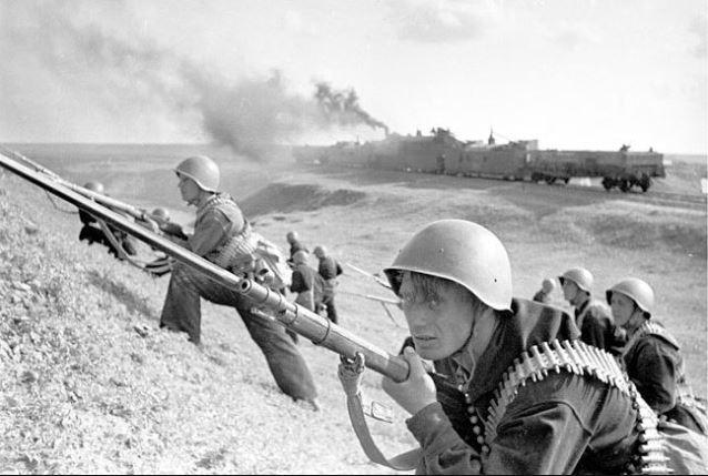 Высадка с бронепоезда «За Родину» черноморского десанта. Ростов, 1943