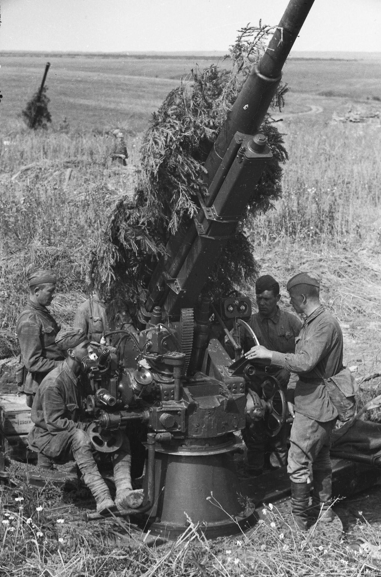 Калининский фронт. Артиллерийский расчет у 76-мм зенитной пушки образца 1938 года