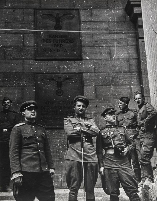Е.А. Халдей Константин Симонов на ступенях Рейхсканцелярии. 1945
