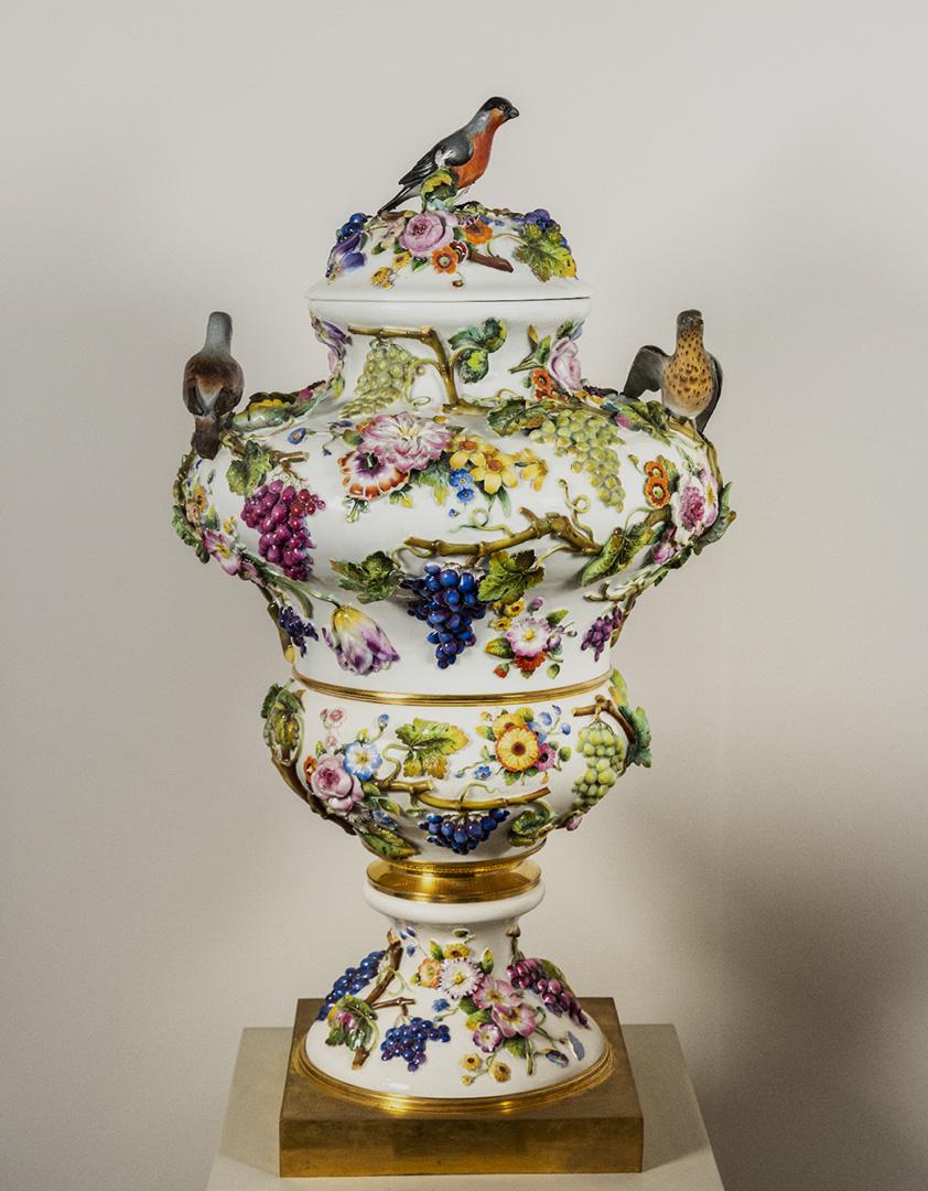Ваза в стиле «второго рококо» с лепным декором и фигурами птиц 1840–1850-е гг.