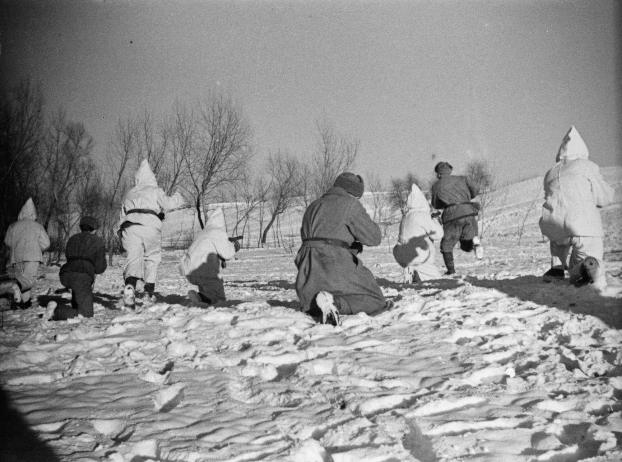 Неизвестный автор Бойцы подразделения под командованием офицера Волкова ведут бой в окрестностях Будапешта  Венгрия, 1945