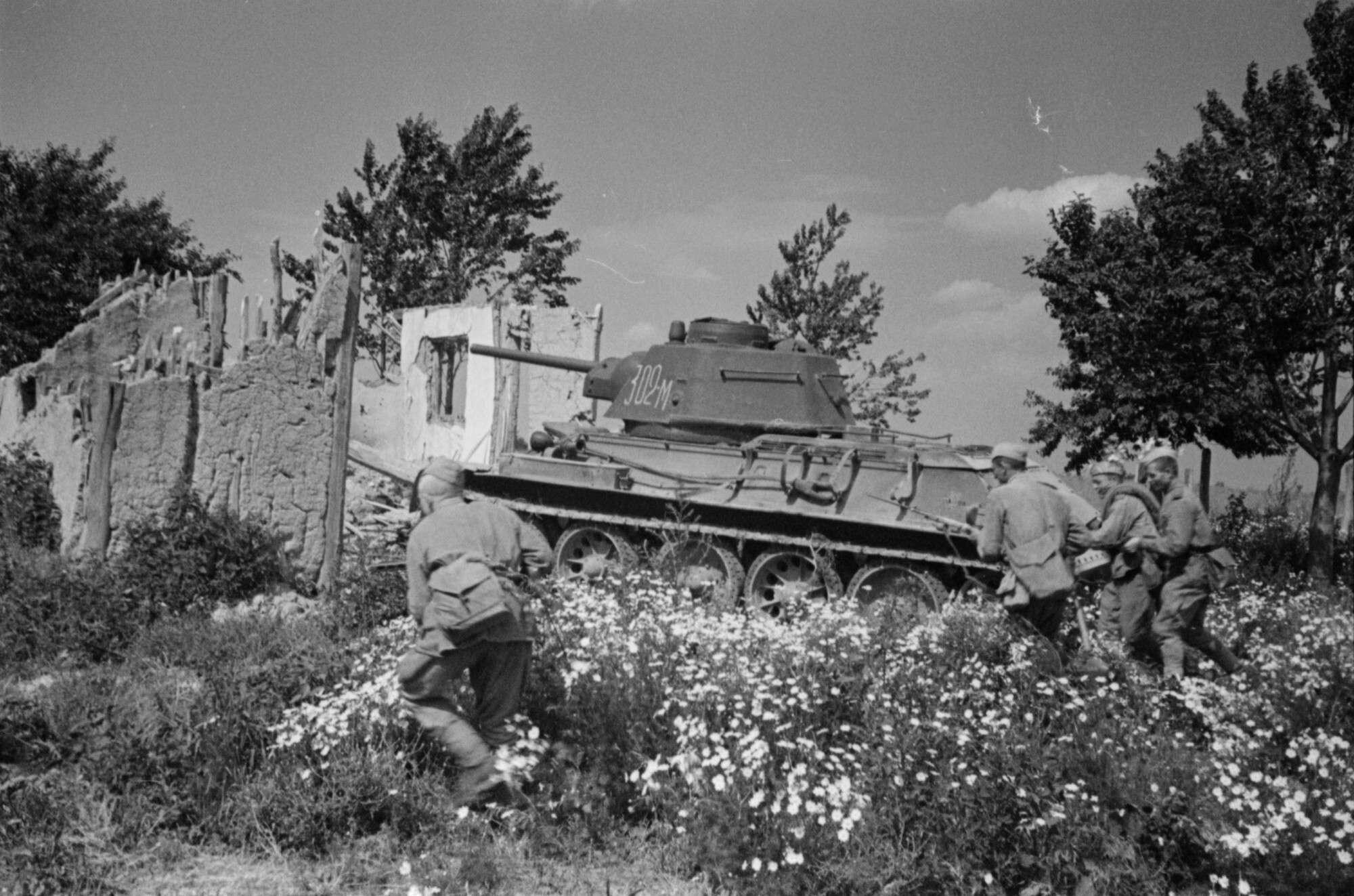 Неизвестный автор Группа пехотинцев Советской армии под прикрытием танка идет в наступление на окраине Бухареста  Румыния, 1944