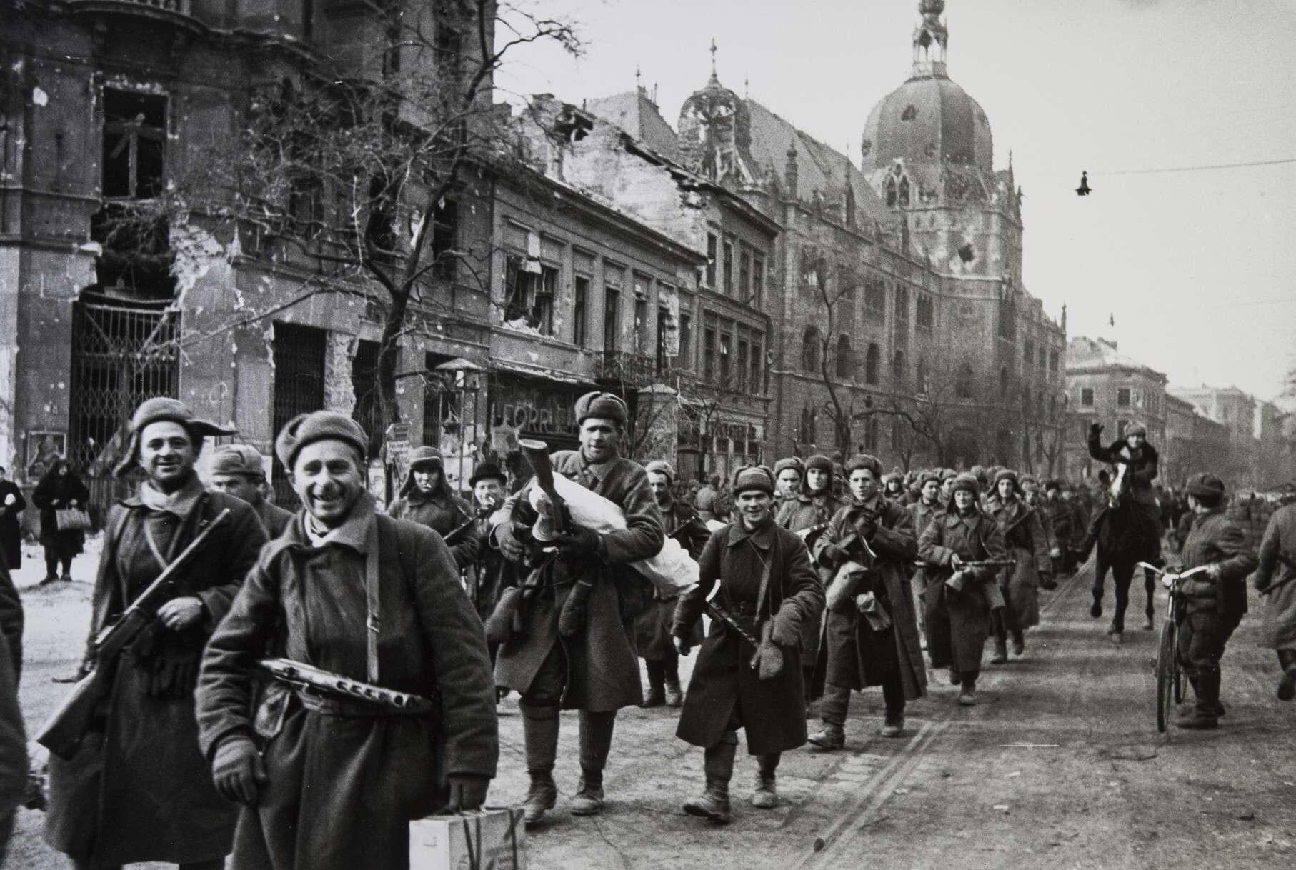 Евгений Халдей  В освобожденной Вене. Австрия, 1945