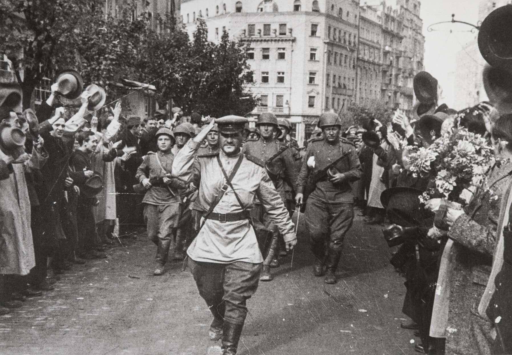 Евгений Халдей  Капитан Дмитрий Кудашов в Белграде  - Югославия, октябрь 1944