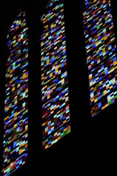 витражи на окнах Кельнского собора, созданные известным немецким художником Герхардом Рихтером в 2007 г.